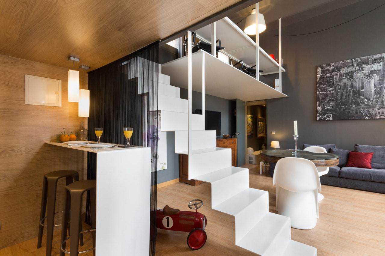 Loft moderno con escalera metalica en Barcelona