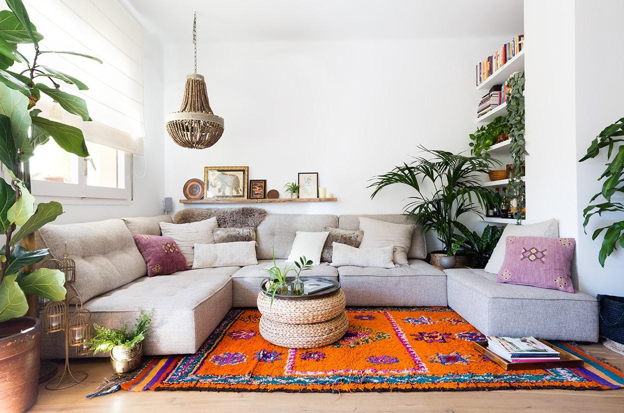 Sofá con decoración etnica